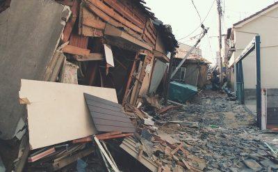 倒壊した住宅で道路が見えない