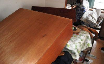 地震で倒れた棚