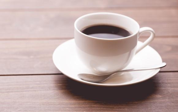 木製テーブルの上のコーヒー