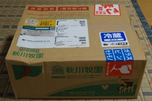 秋川牧園の冷蔵お試しセットのダンボール箱
